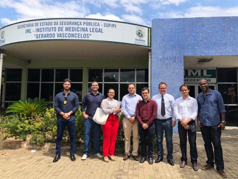 Equipe do MPPI em frente à sede do IML