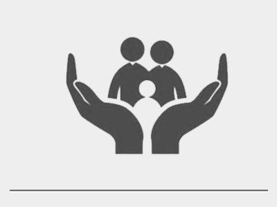 Duas mãos segurando uma família