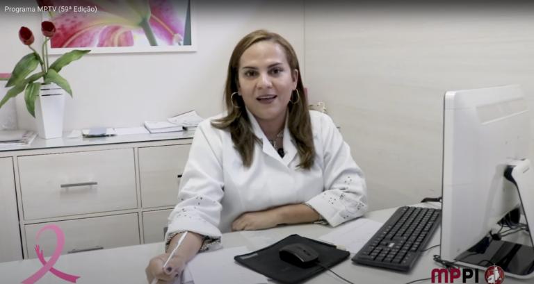 Imagem de médica durante fala acerca do Outubro Rosa