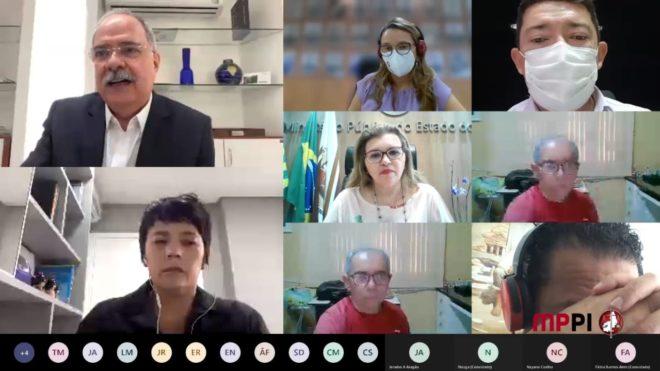 Foto da reunião retirada da tela do computador. Centralizada na imagem a PGJ, Carmelina Moura, e ao redor as demais autoridades.